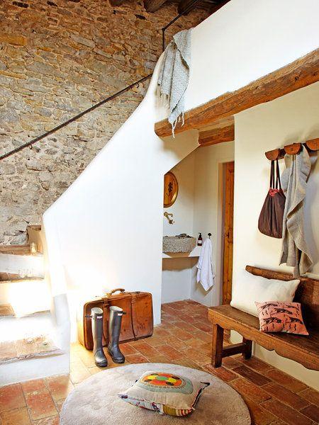 escalera rstica en blanco y piedra