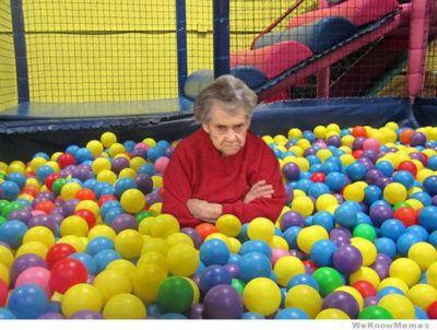 Abuela enojada en una alberca de pelotas