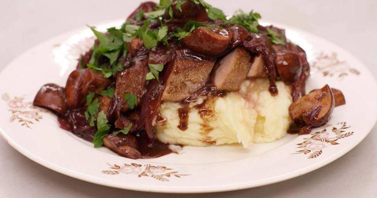 Kalfslever is een delicatesse voor de vleesliefhebber. Het vlees heeft een karakteristieke en tegelijk milde smaak. Jeroen serveert de gebakken lapjes lever met een karaktervolle saus met gebakken champignons, uien, porto en wat balsamico. Met verse puree erbij zet je een stevige en tegelijk bijzondere maaltijd op de tafel.