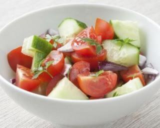 Salade de concombres et tomates au citron : http://www.fourchette-et-bikini.fr/recettes/recettes-minceur/salade-de-concombres-et-tomates-au-citron.html