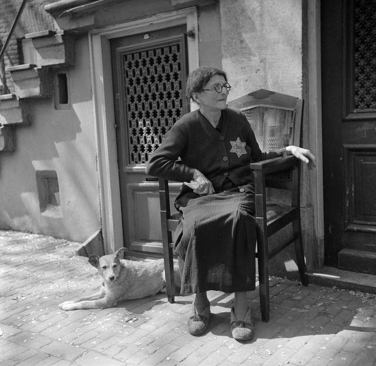 Op dit plaatje zien we een Joodse vrouw die een Jodenster / davidster draagt. De davidster is een spiritueel symbool. In de Tweede Wereldoorlog moesten Joden dit op hun kleding dragen. Het is een hexagram, want het heeft zes hoeken.