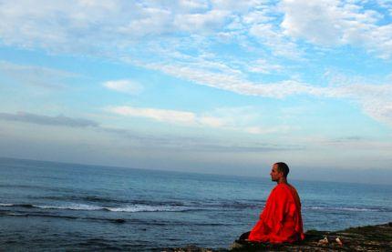 Ce este meditația și cum ne poate fi ea de folos?! Oare câte persoane din rândul curioșilor înțeleg despre ce este vorba, oare câți ating o disciplină și o corectitudine în privința practicii meditative? În acest articol voi încerca să răspund pe scurt la aceste întrebări, din prisma experienței personale, a cărților citite și a învățăturilor primite de-a lungul ultimilor ani. Mulțumesc mult Gabriel Nechita de la Cititul te face sexy pentru această oportunitate!