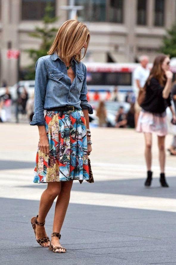 Falda Floreada- Camisa de Jean- Sandalias de taco bajo- Moda Informal para primavera-verano.