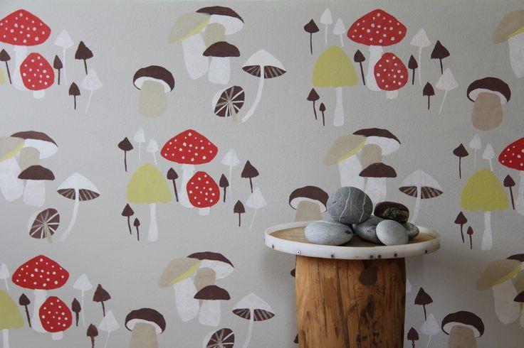 Šablonová malba, vzor Houby.  Vícebarevná šablona na šedém podkladu. / Pattern painting on the wall called Mushrooms.
