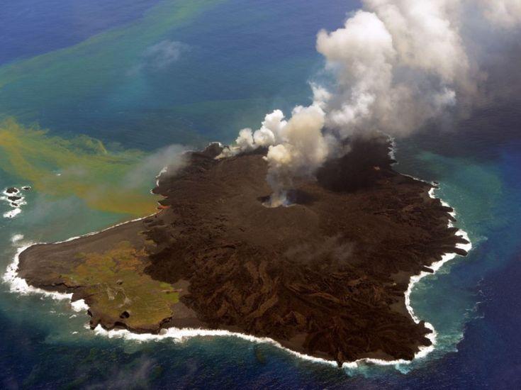 """PHOTOS. Japon : l'île qui n'en finit pas de grossir """"Petite île deviendra grande"""" est le scénario qui se joue au milieu du Pacifique depuis la découverte, en novembre dernier, d'un minuscule îlot volcanique. Depuis, cet amas de lave a grossi au point de rejoindre l'île Nishino toute proche. Suivez en images l'évolution de cet étonnant territoire toujours en extension. Ici, l'île volcanique récemment formée (à droite) et l'île Nishino (à gauche), ce 23 juillet. (AFP PHOTO/JAPAN COAST GUARD)"""