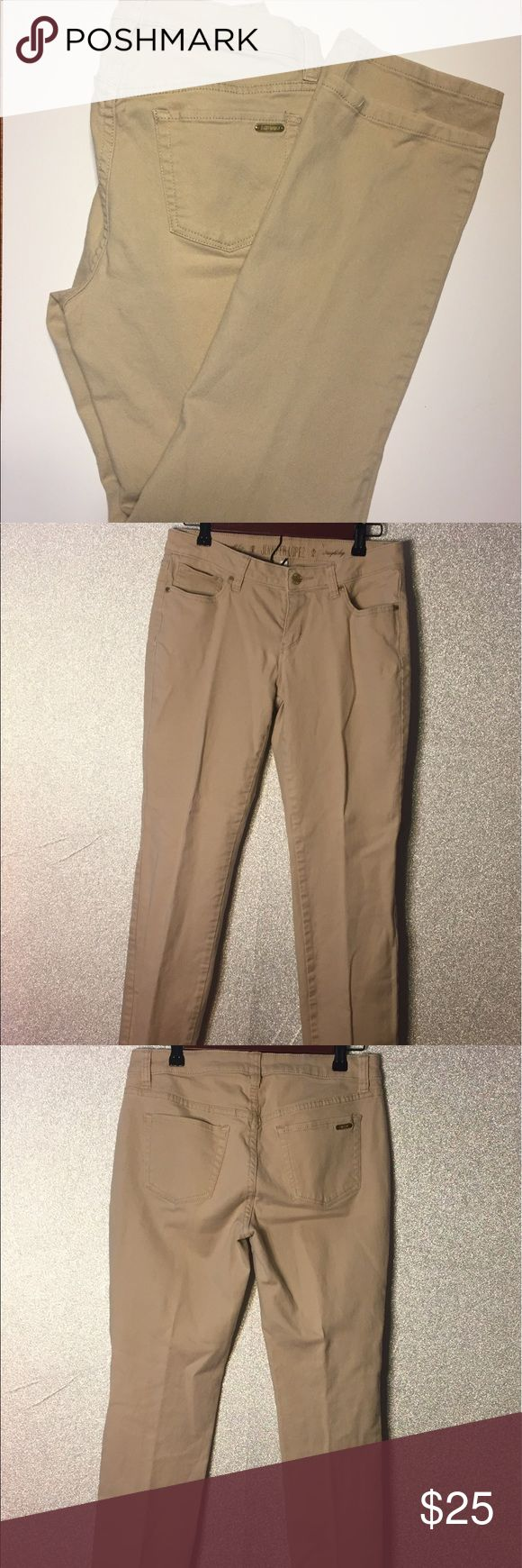 Jennifer Lopez beige straight leg jeans SZ 8 Jennifer Lopez beige straight leg jeans SZ 8 Preowned excellent condition no stains rips or holes Jennifer Lopez Jeans Straight Leg