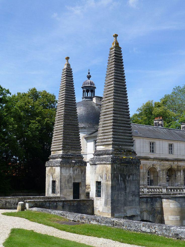 Obelisken vor dem Torhaus Château de Tanlay-Pyramide (3) - Schloss Tanlay – Wikipedia – Foto Ji-Elle