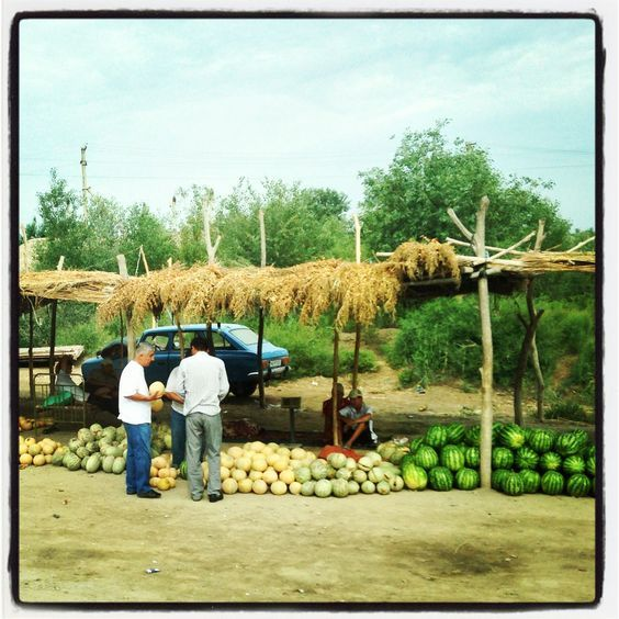 Durante il viaggio tra Khiva e Bukhara si incontrano diversi venditori di angurie.  Photo by Riccardo Negro