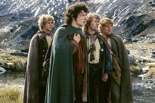 Dominic Monaghan, Elijah Wood, Billy Boyd a Sean Astin ve filmu Pán prstenů: Společenstvo Prstenu