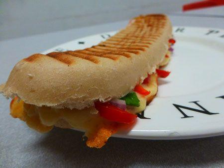Recept panini kipfilet met veel verse groente. Een mooi lekker en kleurrijk panini broodje om zelf thuis te maken. Erg lekker en ook een beetje gezond