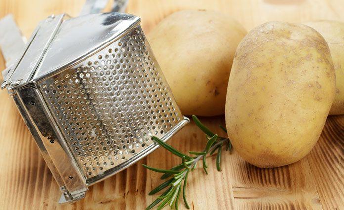 Kartoffelroulade mit Blattspinat und Schafskäse. Die Kartoffeln kochen, schälen und durch die Kartoffelpresse drücken. Mit den anderen Zutaten vermengen.