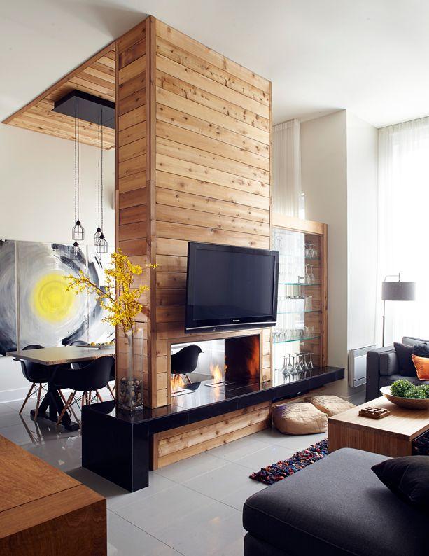 une superbe cheminée en bois dans un salon noir