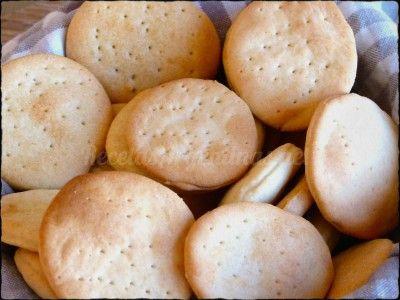 Que vicio estas galletas.... comés una y te comés otra ...Te quedás sin pan y son una buena opción, para el mate, para darle a los nenes de merienda, para hacer unos canapés etc.  Ingredientes para más o menos 4 docenas aproximadamente.  Harina común 450 gramos Sal 10