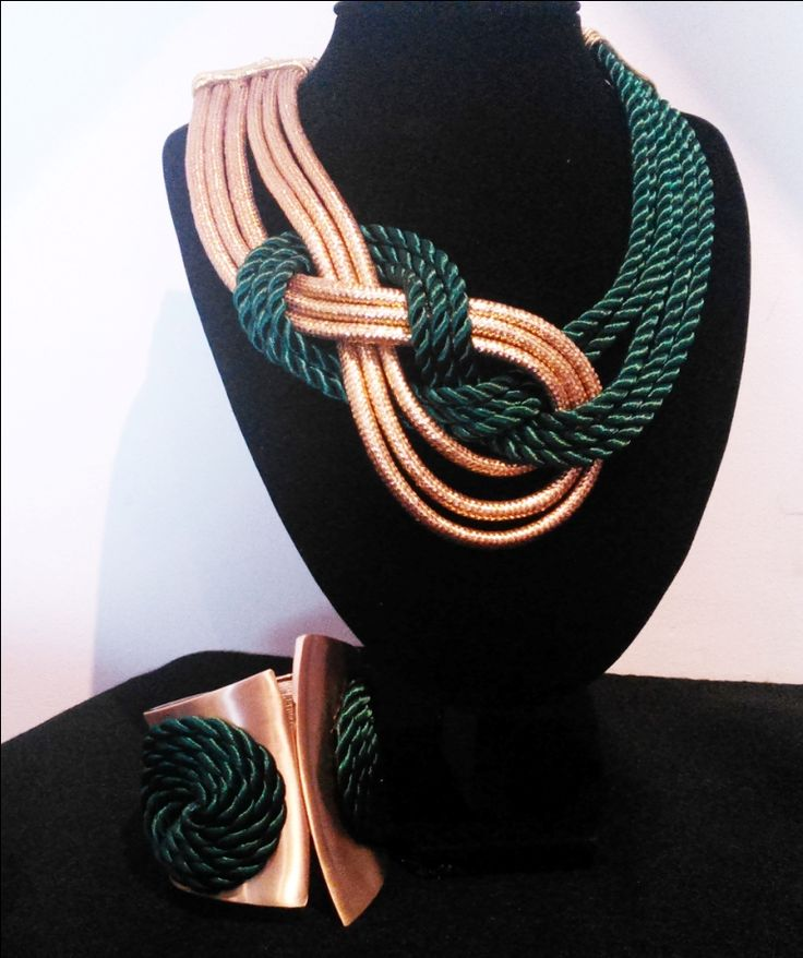 Golden and green knots necklace and rigid bracelet by Rocio Luna Complementos. Collar de nudos verde y dorado y brazalete rígido (facebook/rociolunacomplementos)