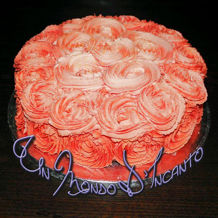 """Torta """"Sfumatura di Rose"""" per Giuseppina. Torta di mele con crema diplomatica e noci, ricoperta e decorata con crema di burro."""
