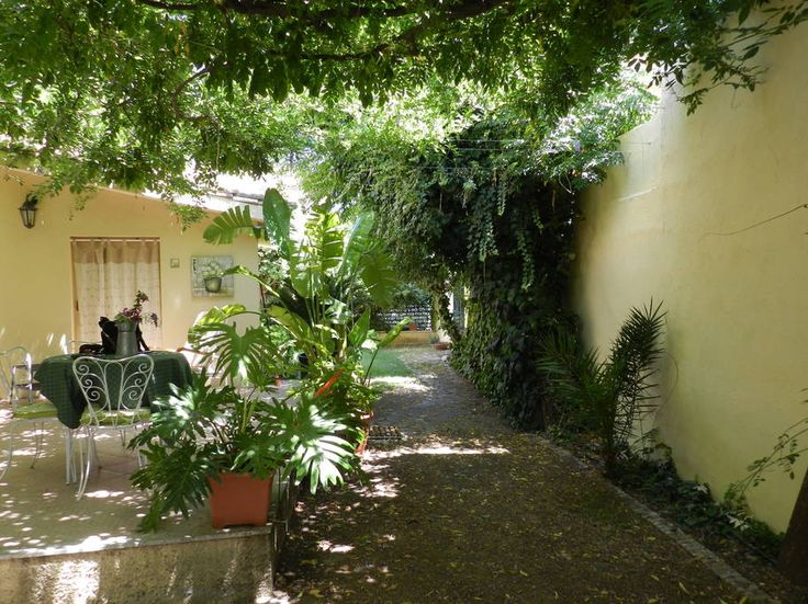 House in Pula, Italy. Large 3 rooms apartment of 100 sqm surrounded by a green garden at few steps from the centre of Pula. 4 km from the beach of Nora and very close to the other famous beaches of the area. Ability to integrate a flat on the first floor for 2 guests. ...