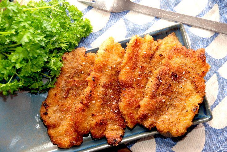Paneret flæsk med ovnkartofler og persillesovs