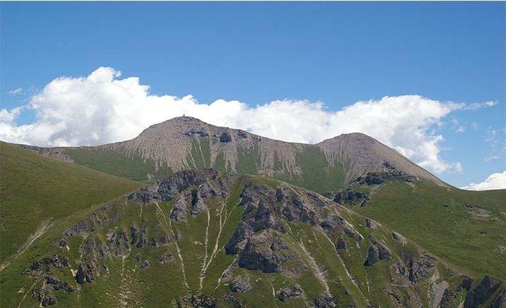Şar Dağları%56,25'iMakedonyasınırları içinde;%43.12'siKosovasınırları içinde;%0,63'ü deArnavutluk'un sınırları kapsamındadır. 2.000 m üstünde bulunan çok sayıda doruk noktası bulunmaktadır.Büyük Türk Tepesi, 2747 metrelik yüksekliğiyle Şar Dağları'nın en yüksek tepesidir.   #Makedonya Şar Dağları #Şar Dağları #Şar Dağları Makedonya #Şar Dağları nerede