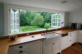 1. Раковина у окна, а окно выходит на красивый пейзаж. 2. Раковина цельная с шаишем. 3. Фильтр для воды встроенный в раковину
