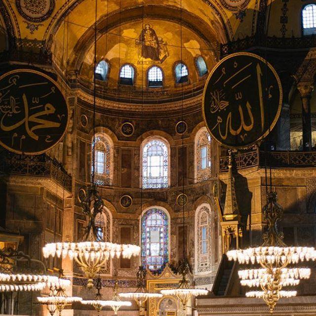 Серые огромные камни, высокие тяжелые давящие своды, тёплые лампы и гулкое эхо шагов. Храм святой Софии, он же айя София. Стамбул 2015го. #стамбул #турция #путешествие #храм #мечеть #nikon_turkey #nikon_travel #travel #trip #istanbul #turkey #nikon_top