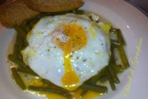 Fagiolini saltati in padella e l'uovo fritto http://blog.giallozafferano.it/chiodidigarofano/fagiolini-saltati-in-padella-luovo-fritto/