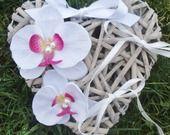 Porte Alliances Coeur de rotin et Orchidée blanches fushia mariage mariée : Accessoires de maison par tendancebijoux