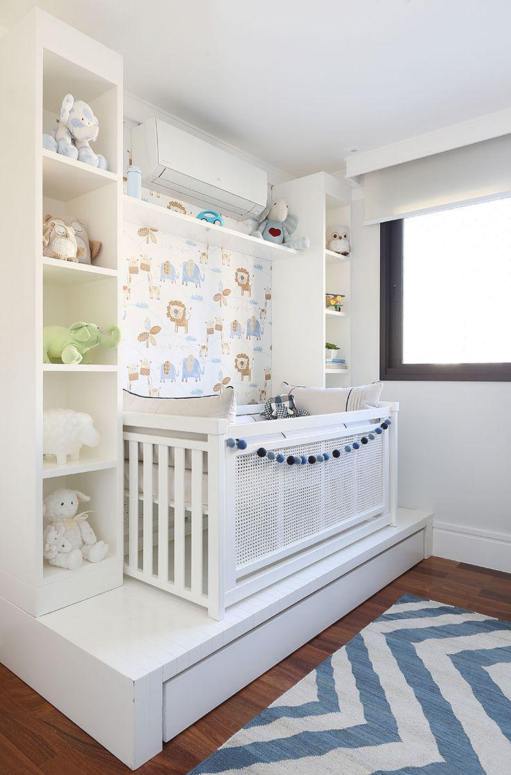 Decoração de apartamento integrado e com crianças. No quarto infantil, quarto de menino, detalhes azuis, nicho branco com adornos, bichinhos, tapete azul e branco e luz natural.