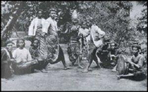 Teater Rakyat Ubrug pernah hadir tahun 1920-30-an di sekitaran Banten. Pertunjukan ini merupakan sebuah tontonan yang campur-aduk; ada lakon, musik, tari, pencak silat, gedebus (ilmu gaib), dan sulap.