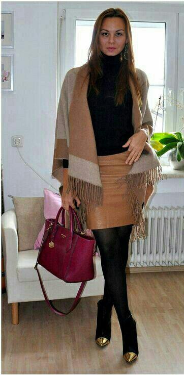 Lady bruin leadher rok. Zwart jasje rood leadher tasje. Laarzje