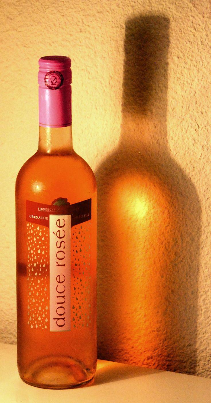 06. Juli 2015 - Vignerons d'Adissan: douce rosée, Languedoc, France - Ein Wein, von dem ich nie reden, geschweige denn schreiben würde, wäre da nicht die Modefarbe Pink, die mir im kleinen Lebensmittelladen am Meer - in der Nähe des pinkigen Restaurants - in die Augen gestochen ist.