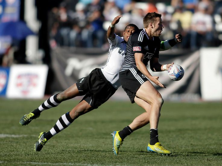 Fiji's Samisoni Viriviri attempts to tackle New Zealand's Tim Mikkelson during the US Rugby Sevens tournament in Las Vegas, Nevada, January 25, 2014. (Isaac Brekken/AFP/Getty Images)