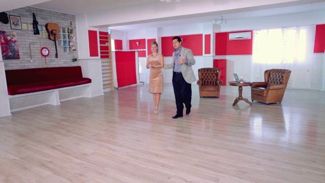Argentine tango - Lower body movements: paralitica and sacada. Watch the entire lesson on www.tangomeet.com.