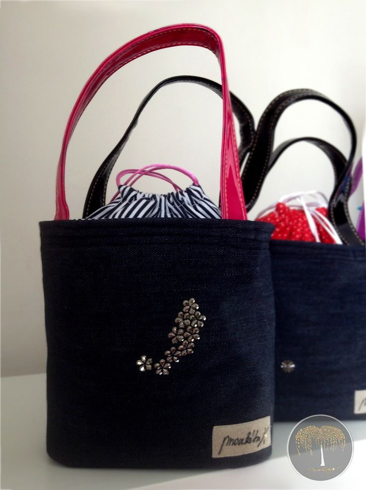 Lunch Bag - květinkový Z limitované edice Exclusive Collection. Základem se stala černá džínovina, doplněná růžovo-černými lesklými uchy, dekorovaná kovovými květinovými korálkami. Její krása je podtržena černobílou proužkovanou vnitřní vrstvou. Vnitřní strana Lunch Bagu je opatřena speciálním nepromokavým, ale zároveň velmi luxusním materiál, aby ...