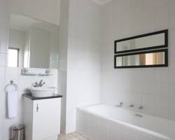 "<img src='http://r-ec.bstatic.com/images/hotel/max300/344/34494086.jpg'  width=""199"" height=""300"" /><br /><strong>Deluxe One-Bedroom Suite 1</strong>"