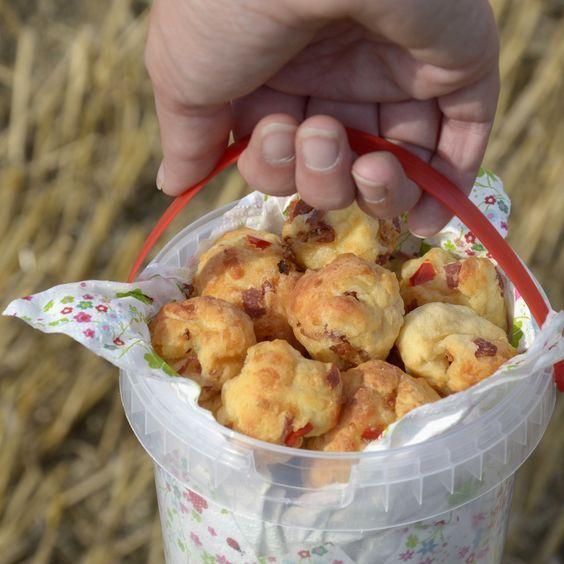 Eimerbällchen (ergibt etwa 30 Stück) 250 g Quark (oder Naturjoghurt) 1 Schuss Öl 300 g Mehl 1 Päckchen Backpulver 1 Teelöffel Salz 200 g geriebener Käse nach Belieben Röstzwiebeln, Salami, Schinken, getrocknete Tomaten, Paprika, Chili