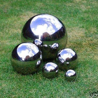 Haz esferas reflectoras para tu patio pintándolas con pintura de efecto espejo. Tu jardín se verá más grande. | 33 formas en que la pintura en aerosol puede hacer lucir más caras tus cosas