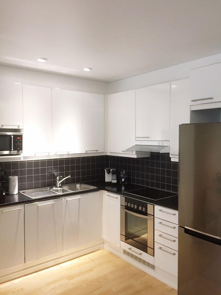 Keittiön Ninapinta valkoinen satiini stretch sisäkatto LED alasvaloilla
