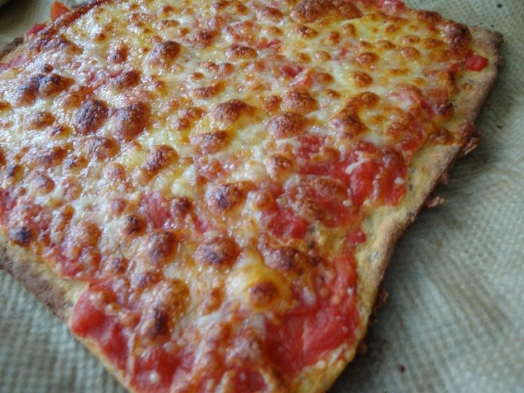 Low Carb Eiweiss Pizza. Die Protein Pizza wird mit Eiweiss Mehl Mix zubereitet.