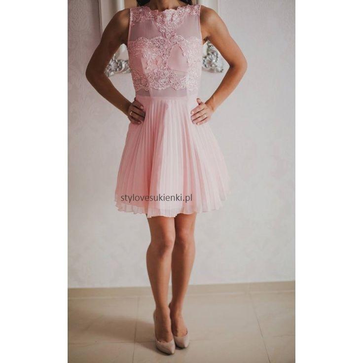 Piękna, rozkloszowana sukienka na wesele. Koronkowe i siateczkowe wstawki dodają elegancji i niezwykłego uroku. Plisowana sukienka na wyjątkowe okazje, polecamy