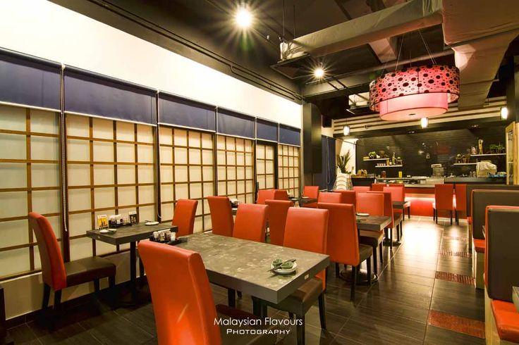 Kwaliteitscontrast:                                         De rode stoelen en de lamp zijn hoog verzadigd. Zij vormen een contrast met de overige kleuren van het interieur die laag verzadigd zijn.
