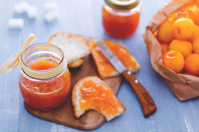 La confettura di susine gialle è perfetta per farcire le crostate  o per una merenda e una colazione golosa,  con tutto il sapore delle susine gialle.