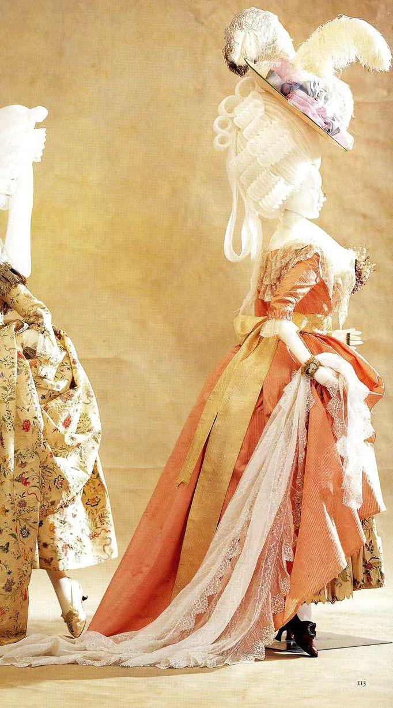 Платье (robe a l'anglaise). Около 1785. Шелковая тафта в розовую полоску, comperes спереди, косточки в середине спинки, нижняя юбка из китайского шелка с ручной росписью, шаль из расшитого муслина, сумочка шелковой тафты, вышитая цветами, бабочками и птицами, туфли марокканской кожи с высокими каблуками.