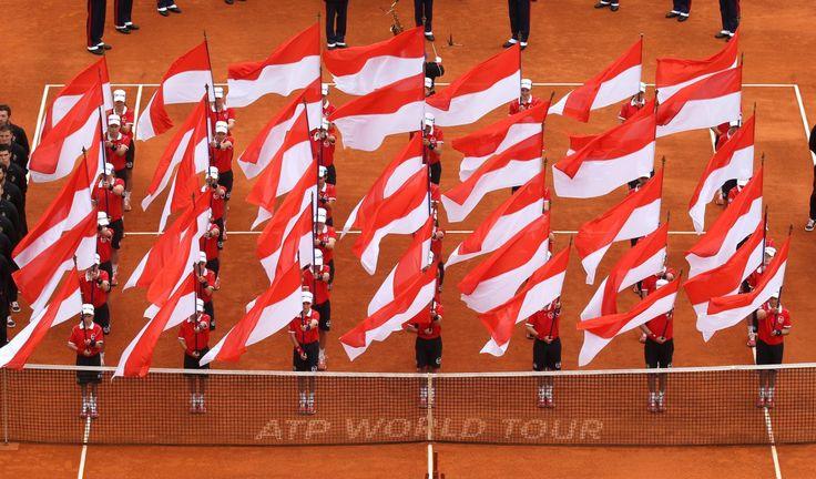 19.04 Drapeaux de Monaco sur le court central du tournoi de Monte-Carlo, quelques instants avant le début de la finale entre Djokovic et Berdych.Photo: Keystone/AP/Lionel Cironneau
