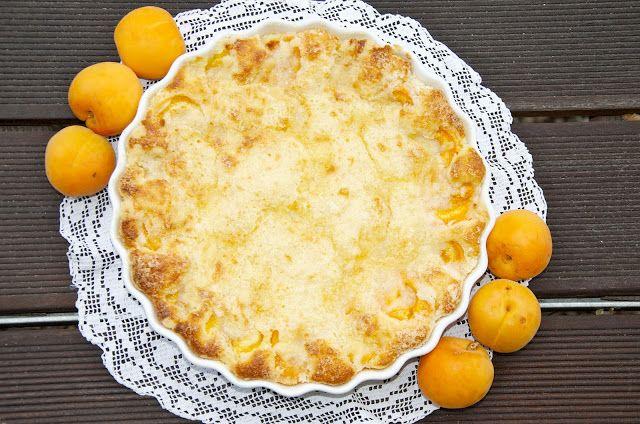 crustycorner: Meruňkový koláč s drobenkou a marcipánem