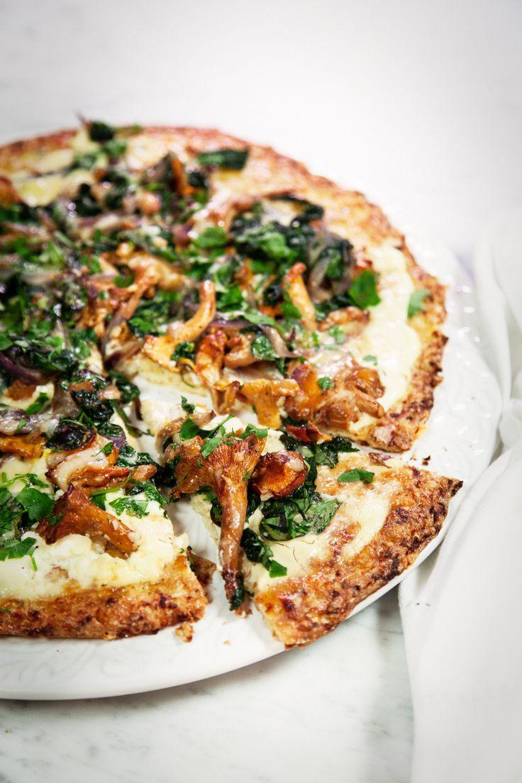 Underbart lättlagad och smakrik blomkålspizza. En vegetarisk och glutenfri pizza med smaker av smörstekta kantareller, receptet hittar du hos Tasteline!