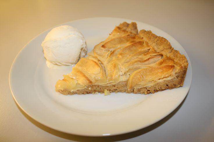 Skøn æbletærte, som er nem at lave. Man hælder kondenseret mælk over æbletærten inden man bager den og på den måde får den en lækker karamelsmag.