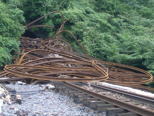 2012年08月01日 九州北部豪雨で不通となった豊肥線/阿蘇市の宮地―波野間では、トンネルからレールが外に流出