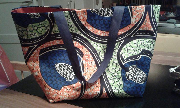 Tas van Afrikaanse stof. Binnenkant van ducttape, niet genaaid. Voor meer info like de facebook pagina Mama Evana #africanfabric #selfmade #bags #fashion