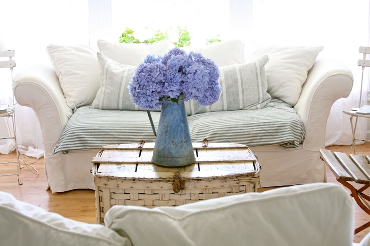Blue hydrangeas, one of my favorite things!: Dreamy White, Living Rooms, Dreams Houses, Country Cottages, Blue Hydrangeas, Country Chic, Country Home, Shabby Dreams, Fresh Flowers