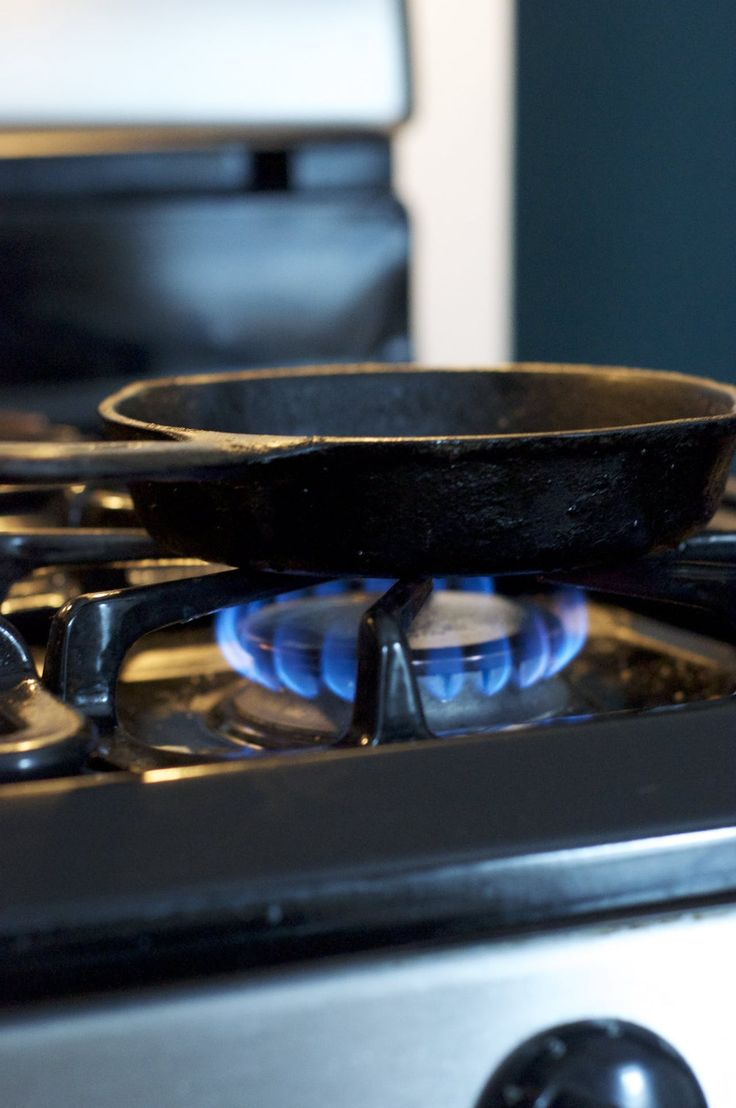 how to clean a cast iron skillet with vinegar
